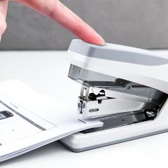 得力(deli)省力型订书机/订书器 适配24/6(12#)及26/6订书钉 办公用品 白色0368
